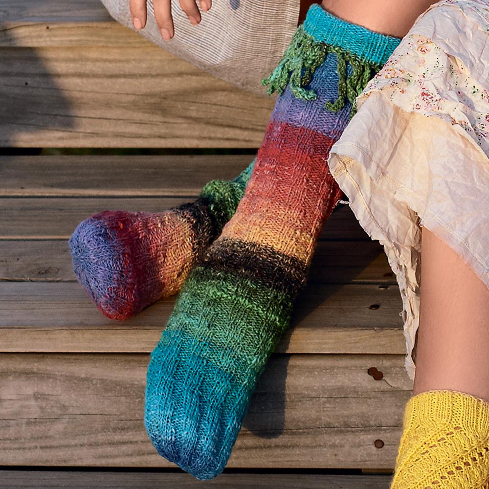 Радужные носки с бахромой